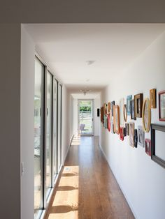 Amazing Narrow Hallway Design Of 2018 Are you planning to design your hallway? Then this article must be for you only. Here are some narrow hallway designs for you to look your entrance more beautiful. Flur Design, Wall Design, House Design, Hallway Walls, Hallway Art, Upstairs Hallway, Hallway Ideas, Corridor Ideas, Modern Hallway