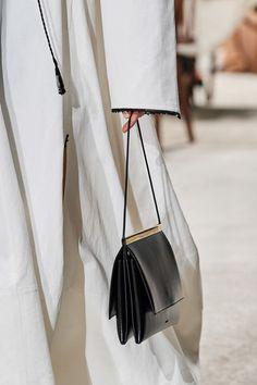 Jil Sander at Milan Fashion Week Fall 2020 - Livingly Casual Fashion Trends, Summer Fashion Trends, Summer Fashion Outfits, Women's 20s Fashion, Fashion Week, Milan Fashion, Jil Sander, Vogue Fashion Photography, Outdoor Fashion