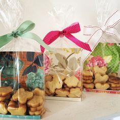 Biscoitos Amanteigados embalagem com papel de scrapp Bake Sale Packaging, Dessert Packaging, Cookie Packaging, Food Packaging, Cookie Gifts, Food Gifts, Craft Gifts, Diy Gifts, Cookie Box