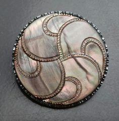 Bouton ancien 1890/1910 - Nacre gravée. Cerclage acier ciselé. Diamètre 3,7 cm
