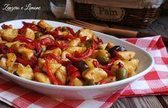Questi bocconcini di pollo ai peperoni sono un secondo piatto saporito e gustoso che si prepara senza difficoltà. Perfetti per la tavola di tutti i giorni.