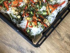 Riisinuudeliwokkia - Kasvisreseptit Edamame, Guacamole, Camembert Cheese, Dairy, Food, Lasagna, Red Peppers, Eten, Meals
