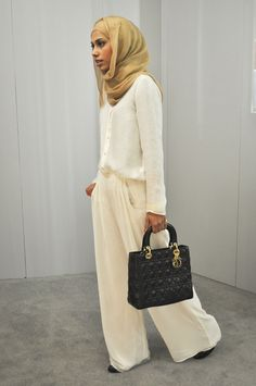 15 Awesome Hijab Style Inspiration From Fashionable Hijabis.love this look! Street Hijab Fashion, Abaya Fashion, Modest Fashion, Muslim Women Fashion, Islamic Fashion, Womens Fashion, Abaya Mode, Mode Hijab, Modest Wear