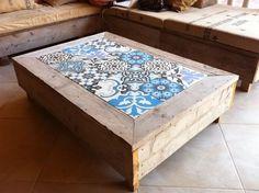 Loungehoek met sloophouten tafels je met cementtegels #tuin #terras #tuinidee