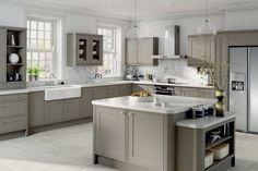 Ett grått kök är lika hållbart som ett klassiskt vitt kök. En grå färgskala i köket är beständigt och klassiskt, ett kök du aldrig kommer tröttna på. Här är 27 kök i olika gråa nyanser.