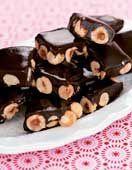 Mörk, seg chokladkola med rostade hasselnötter