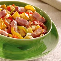 Faites cuire les pommes de terre dans un grand volume d'eau bouillante salée pendant 30 minutes ou 10 minutes à l'autocuiseur.Émincez les poivrons et hachez