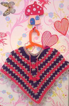 Leuke poncho voor meiden Patroon online op www.asjeblieft.blogspot.nl of te koop via www.metdehand.nl/winkel/asjeblieft