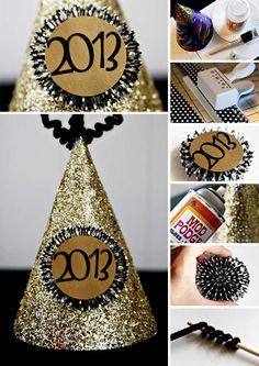 Puedes hacer estos creativos gorros para tu fiesta de año nuevo con tan sólo gorros para fiestas, papel para decorar, pegamento, brillantina, perforadora de figuras, calcomanías de números (puedes hacerlos recortando papel adhesivo) y limpiapipas.