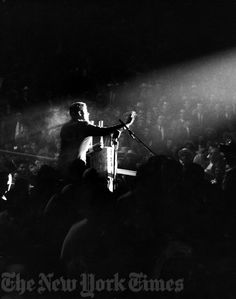 1960. 6 Novembre. By Ernie SISTO. John F. Kennedy campaigns for the presidency at the Commack Sports Arena in Commack, Long Island. Photo by Ernie Sisto/The New York Times Photo Archives.