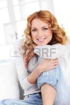Portrait der sch�nen blonden Frau Entspannung zu Hause photo