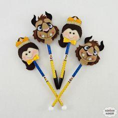 Ponteira de lápis ou caneta decorada com a bela e a fera feitos em feltro bordado à mão.