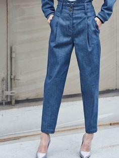 Pleated jeans: a calça apontada como substituta da mom jeans - Cute Outfits Vintage Mom Jeans, My Jeans, Denim Pants, Trousers, Denim Fashion, Fashion Outfits, Estilo Jeans, Denim Ideas, Pants Pattern
