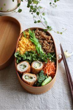 鶏そぼろごはんお弁当|sakuracafeのお弁当とおうちごはん Healthy Snacks, Healthy Recipes, Japanese Food, Japanese Lunch Box, Bento Recipes, Bento Box Lunch, Food Menu, Asian Recipes, Food Inspiration