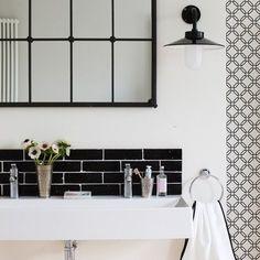black and white retro bathroom