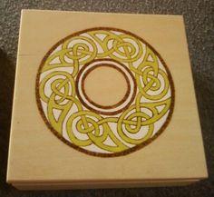 Dárková sada - věštecké kostky v dárkové krabičce Tato dárková sada je velmi krásným dárkem pro všechny, kteří se zabývají nebo prozatím jen ochutnávají taje různých druhů věštění. Tyto věštecké kostky jsou jedním z velmi jednoduchých a kdykoliv použitelných možností. Dárková krabička obsahuje: 3 věštecké kostky 4 modré svíčky ubrousek/šátek se ...