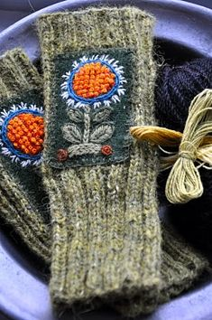 Swedish embroidery on knitted hand warmers - LOPPBERGA: Nytt år, nya smittor Wool Embroidery, Wool Applique, Embroidery Stitches, Swedish Embroidery, Knit Mittens, Knitted Gloves, Hand Knitting, Knitting Patterns, Fingerless Mitts