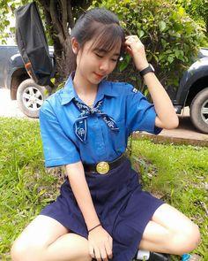 ในภาพอาจจะมี 1 คน, กำลังนั่ง, พื้นหญ้า, เด็ก, รองเท้า, สถานที่กลางแจ้ง และธรรมชาติ Asian Cute, Cute Asian Girls, Beautiful Asian Girls, Cute Girls, Apink Naeun, Good Girl, Girls Uniforms, Rain Wear, Korean Girl