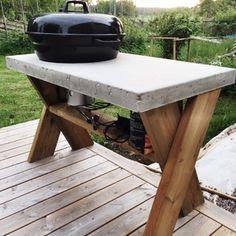 Och här är den slutliga produkten, en grill med betongskiva och kryssben!