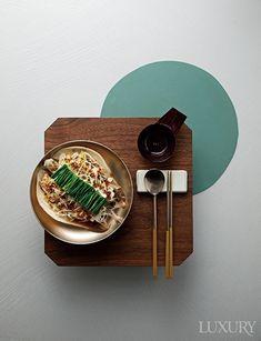 LUXURY 각 지방의 제철 식재료로 만든 모던 한식 Modern Korean Table Foto Pastel, Dark Food Photography, Food Concept, Matcha Green Tea, Aesthetic Food, Food Packaging, Korean Food, Food Presentation, Food Design