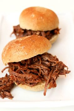 Instant Pot BBQ Beef Sandwiches--tender shredded beef with an easy homemade barbecue sauce served on a toasted bun. An easy and delicious dinner! Slow Cooker Bbq Beef, Slow Cooker Recipes, Meat Recipes, Party Recipes, Crockpot Recipes, Free Recipes, Slow Cooking, Pressure Cooking, Bbq Beef Sandwiches