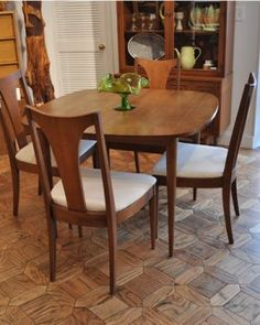 Broyhill Premier Sculptra Dining Table Chairs