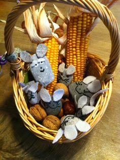 Frederick feiert mit uns den Herbst und Erntedank. Runde Steine, Filzreste, schwarze Farbe, Heisskleber! Fertig ist die Mäusebande!