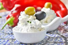 Dieses Rezept vom Oliven-Schafkäsedip schmeckt köstlich auf geröstetem Fladenbrot.