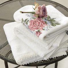 Badhanddoek rose Djooz big rose badgoed by Vandyck zijn van wit badstof en hebben een bedrukt rozenboeket, kant aan handdoek gastendoek wit