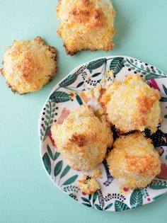 Coquitos, muy ricos y fáciles con azúcar, huevos y coco rallado. Se preparan en 15 minutos.