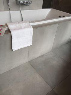 Badkamer tegels Ensuite Bathrooms, Bathroom Toilets, Grey Bathrooms, Small Bathroom, Bathroom Inspo, Bathroom Layout, Bathroom Inspiration, Baths Interior, Bathroom Interior