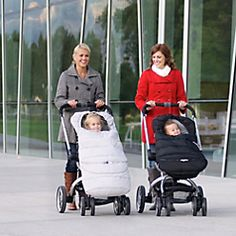 The versatile Polar Bundleme features an extendable bottom that grows with your child, for use from 0-4 years of age. As your child grows, simply unzip and unfold the hidden lower panel for extra leg room.