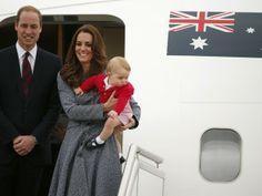 Príncipe William e Kate Middleton com o filho, George, deixam Canberra, na Austrália (Foto: Phil Noble/ Reuters)