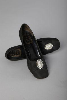 084a2ae76d176e Paire de chaussures noires et boucles en strass griffées Souliers Christian  Dior