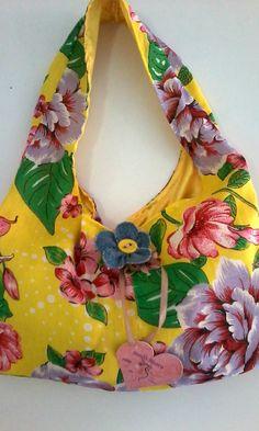 bolsa em tecido de chita ,forrada e com fechamento em botão de imã ,moderna e perfeita para o verão