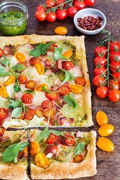Quick Bacon Tomato Tart { Recipe Video} Healthy Recipes, Tart Recipes, Veggie Recipes, Beef Recipes, Great Recipes, Savoury Recipes, Vegetarian Recipes, Favorite Recipes, Tomato Tart Recipe