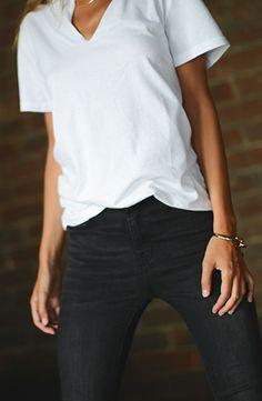 Tan sencillo y tan lindo. Remera blanca de algodon + jean negro.