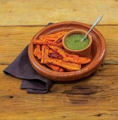 Cenoura assada com molho pesto | Receita Panelinha: Já comeu cenoura assada? É facílimo de preparar! E fica melhor ainda com molho pesto tradicional!