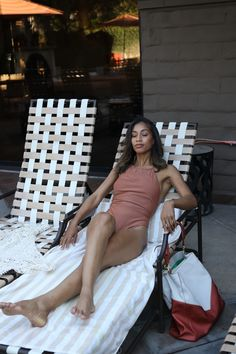 Want to jump in the pool without worrying about your handbag?! Locking and secure your Miami Anti-theft handbag to you pool chair! #myoffero Pool Chairs, No Worries, Miami, Relax, Italy, Handbags, Summer, Travel, Italia