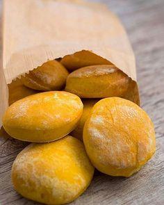 Essa receita deliciosa de pãozinho de abóbora é da @carolbuffara! Testada e super aprovada!   Ingredientes: • 3/4 xícara de purê de abóbora japonesa (basta cozinhar e amassar) • 1 xícara de polvilho azedo • 3 colheres de sopa de azeite • 7 colheres de sopa de água (ou o quanto baste) • Sal a gosto  Modo de Preparo: • Misture o polvilho com o azeite e a abóbora até formar uma farofa. • Aos poucos vá acrescentando as colheradas de água e mexendo com as mãos até que fique uma massa lisa