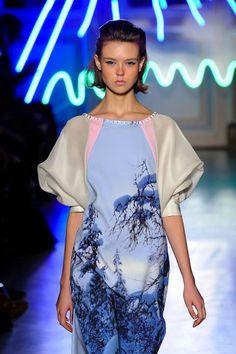 Chisato Tsumori es una marca de ropa japonesa que nació en 1990 y es conocida por ser cool y femenina. Se ha vuelto muy popular entre las jóvenes fashionistas de Asia, Europa y América.