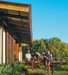 Baixo custo, materiais leves e respeito à natureza nortearam o projeto desta casa no litoral paulista.
