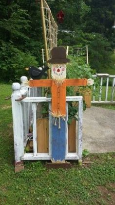 Scarecrow from 6 ft pine fence picket. Backyard by Family Rm window. Fall Wood Crafts, Halloween Wood Crafts, Thanksgiving Crafts, Wooden Crafts, Fall Halloween, Holiday Crafts, Halloween Decorations, Pallet Thanksgiving Ideas, Halloween Fence