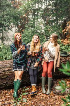 A Cozy Autumn Picnic - Harlowe James Autumn Photography, Photography Poses, Sister Photography, Fall Picnic, Wellies Rain Boots, Best Friend Pictures, Family Pictures, Autumn Aesthetic, Autumn Cozy