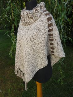 Otra forma de uso del poncho. Tapestry Weaving, Loom Weaving, Hand Weaving, Weaving Projects, Crochet Projects, Crochet Shawl, Knit Crochet, Summer Knitting, Shawls And Wraps