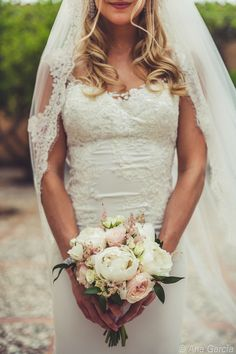 Elegant bridal bouquet with rose-colored roses and white peonies. By Mal . - Elegant bridal bouquet with rose-colored roses and white peonies. By Mallorca Weddings, Mallorca Bo - Summer Wedding Outfits, Summer Dress Outfits, V Neck Wedding Dress, Wedding Dresses, Artificial Bridal Bouquets, Flower Girl Hairstyles, White Peonies, White Roses, White Wedding Flowers