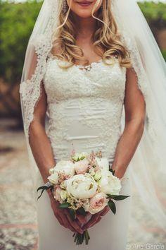 Eleganter Brautstrauß mit rose farbenen Rosen und weißen Pfingstrosen. By Mallorca Hochzeiten, Mallorca Bodas, Majorca Wedding