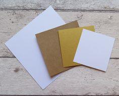 Na menší bílý papír uděláme otisk razítka pomocí embosovacího média a zasypeme zlatým práškem. Sklepeme a pomocí horkovzdušné pistole zatavíme.