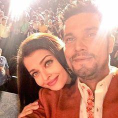 Randeep Hooda takes a selfie with @BOLLYWOOD actress  Aishwarya Rai Bachchan  At #SarbjitTrailer launch. #AishwaryaRaiBachchan will be playing #randeephooda onscreen sister.  #AishwaryaRaiBachchan #Sarbjit #gratitude & #love #instabollywood #instantbollywood  #bollywood #bollywoodreport  @BOLLYWOODREPORT  . For more follow #BollywoodScope and visit http://bit.ly/1pb34Kz