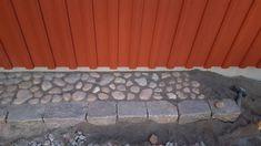 Igår började jag lägga sten runt huset, vilket är väldigt roligt om man som jag älskar pussel :) Det svåraste är att få storgatstenen att sitta på samma höjd överallt, för hamnar man några millimeter…